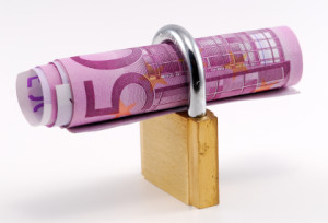 Bankbiljet met een hangslot, geld vastzetten.