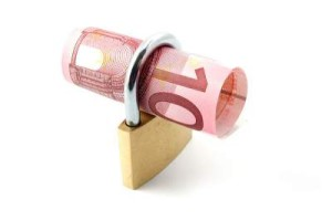 Geld dat vastgezet is in een hangslot.