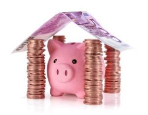 Spaarvarken in een huis gemaakt van geld.