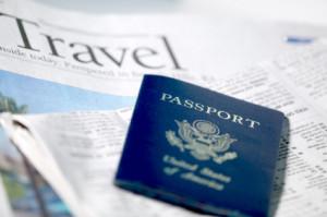 Reis krant met daarop een paspoort.
