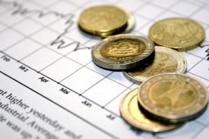Beurskoerzen met daarop euromunten.